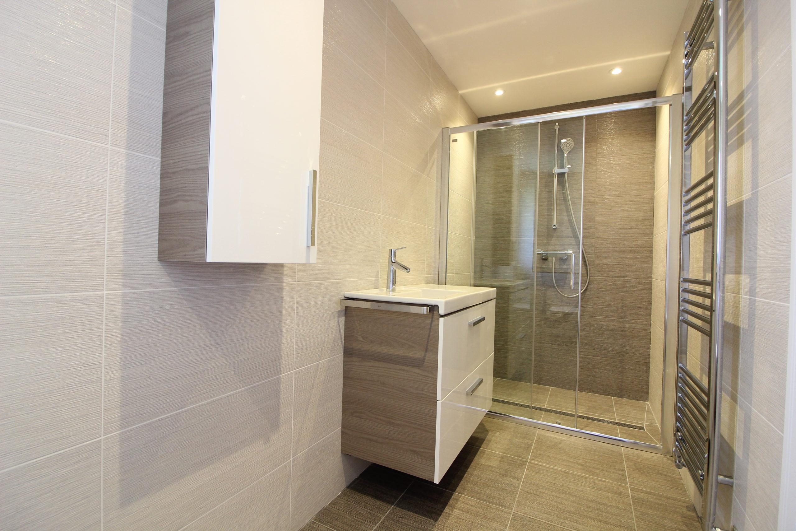 Modern tiled clarendon bathroom